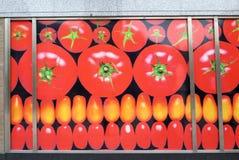 Pomidorowy ogłoszenie na sklepowej fasadzie obrazy stock