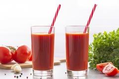 Pomidorowy sok z basilem i pikantno?? Szk?a z pomidorowym sokiem i ?wie?ymi pomidorami zdjęcia royalty free