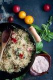 Pomidoru i basilu Couscous Zdjęcia Stock