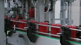 Pomidoru ketchupu produkci produkcja w szklanych słojach zbiory wideo