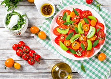 Pomidoru, kiwifruit i mennicy sałatka z butelką oliwa z oliwek, Zdjęcie Stock