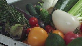 Pomidoru spadek w koszu z warzywami zdjęcie wideo