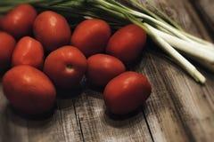 pomidoru zielonego koloru cebulkowy czerwony drewniany tło textured karmowego warzywa Zdjęcie Stock