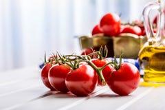 Pomidory Czereśniowi pomidory Koktajli/lów pomidory Świeża gronowa pomidor karafka z oliwa z oliwek obraz stock