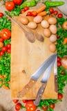 Pomidory, czereśniowi pomidory, pepperoni, sałatka, jajka, knifes i drewniane łyżki, Zdjęcie Royalty Free