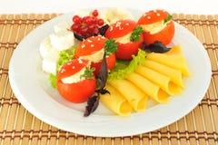 Pomidory faszerujący z serem diced i pokrajać. Obrazy Stock