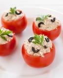 Pomidory faszerujący z tuńczykiem i czarny oliwkami fotografia royalty free