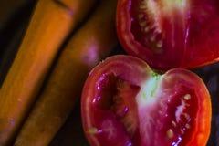 Pomidory, marchewki, jaskrawi kolory i różne tonacje, czerwień i pomarańcze kolory zdjęcie royalty free