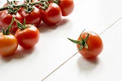 Pomidory na białym drewnianym stole Fotografia Royalty Free