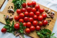 Pomidory na drewnianym biurku zdjęcia stock