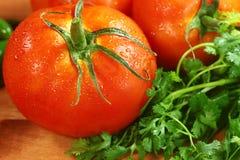 Pomidory na Nieociosanej Drewnianej desce fotografia royalty free