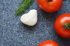 Pomidory na popielatym tle zdjęcia stock