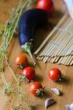 Pomidory, oberżyny i czosnku tło, fotografia royalty free