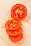 pomidory pokrojeni drewnianych tło Zdjęcie Stock