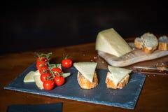 Pomidory, ser i chleb, fotografia stock