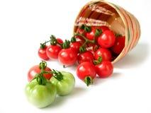 Pomidory w bambusowym koszu odizolowywającym na białym tle Zdjęcie Stock
