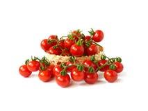 Pomidory w bambusowym koszu odizolowywającym na białym tle Obraz Royalty Free