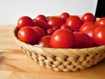 Pomidory w drewnianym pucharze Zdjęcia Royalty Free