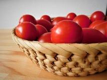 Pomidory w drewnianym pucharze Fotografia Stock