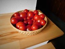 Pomidory w drewnianym pucharze Zdjęcie Royalty Free
