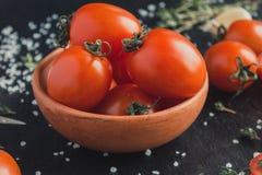 Pomidory w naczyniu na czarnym tle zdjęcie royalty free