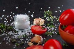 Pomidory w naczyniu na czarnym tle obrazy royalty free