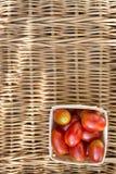 Pomidory w pudełku na drewnianym tle Fotografia Stock