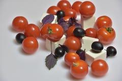 Pomidory z basilem i oliwkami Fotografia Royalty Free