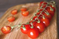 Pomidory z tnącą deską Obrazy Stock