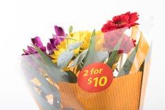Pomijający cena bukiet kwiat kupował od supermarketa fotografia royalty free