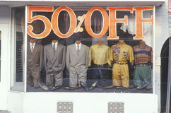 Pomijający mężczyzna odziewają w witryny sklepowej okno fotografia royalty free