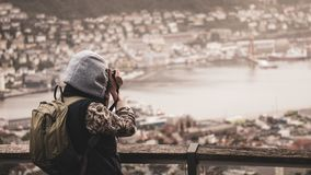 Pomimo złej pogody zimnej pogody i fotograf strzela otaczającą naturę fotografia stock