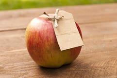 Pomme étiquetée organique Photos stock