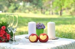 pomme avec un en forme de coeur Image stock
