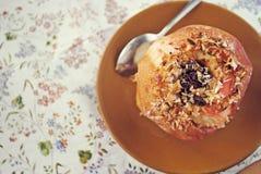 Pomme cuite au four avec de la cannelle Photo stock