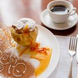 Pomme cuite au four avec du miel admirablement décoré Photographie stock libre de droits