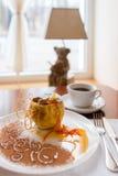 Pomme cuite au four avec du miel admirablement décoré Image libre de droits