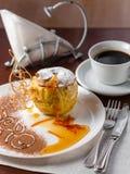 Pomme cuite au four avec du miel admirablement décoré Photo stock