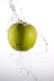 Pomme d'éclaboussure photographie stock libre de droits