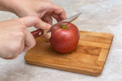 Pomme de coupe dans des halfs Photographie stock