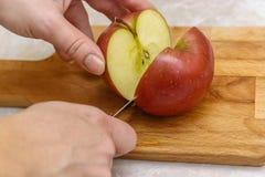 Pomme de coupe dans des halfs Photo stock