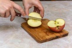 Pomme de coupe dans des halfs Images stock