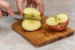 Pomme de coupe dans des halfs Images libres de droits