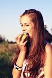 Pomme de dégagement de jeune fille Image libre de droits