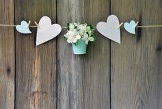 Pomme de floraison dans le panier et coeur sur le fond en bois Photo stock