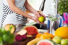 Pomme de lavage de femme en bonne santé Image stock