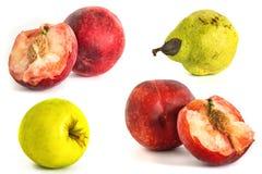 Pomme de poire de pêche sur un vone blanc isolat les fruits ont isolé le fond photo libre de droits