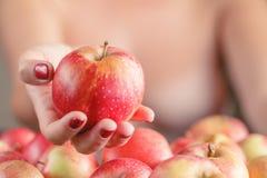 Pomme de rouge d'offre de femme image libre de droits
