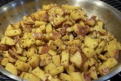Pomme de terre étant faite cuire dans un plan rapproché chaud de casserole photos stock