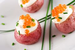 Pomme de terre avec les oeufs de poisson saumonés Photos stock